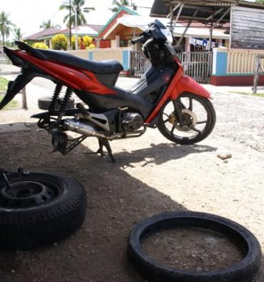 Saparua : bengkel / werkplaats reparatie banden ojek