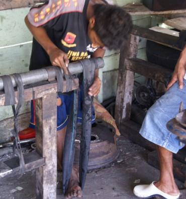 Saparua : bengkel / werkplaats reparatie banden
