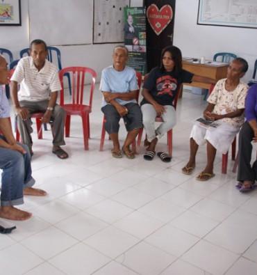 Waiheru, in gesprek met vrouwen met microkrediet